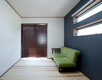 落ち着いた色調の寝室。の写真